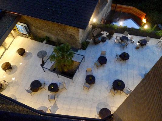 Terrasse bei Nacht vom Zimmer gesehen
