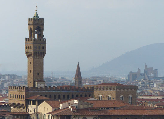 Palazzo Vecchio und hinten rechts die Moderne mit nuovo Palazzo di Giustizia
