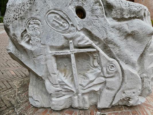 Details am Sockel der Statue des Ordens-Gründers