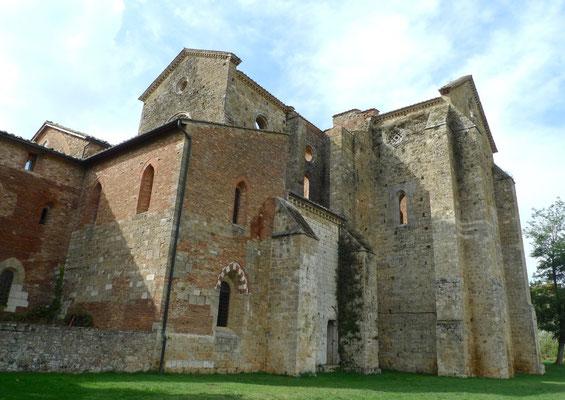 Aussenansicht der Ruine der Kirche