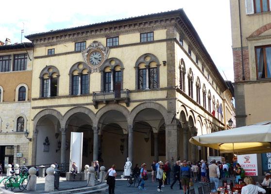 Palazzo Pretorio auf der Piazza San Michele, in der Loggia unten wurde früher Gericht gehalten