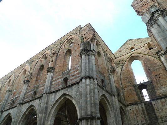 In der Ruine der Kirche