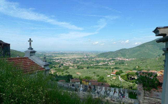 Blick über den Friedhof von Montemagno nach Calci