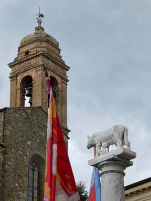 Turm von Dom San Salvatore und Kapitolinische Wölfin mit Romulus und Remus