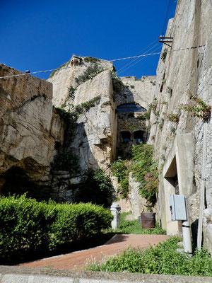 Teil der auf Fels gebaute Forte Falcone