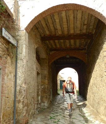 Durchgang zum ehemaligen Kloster in Torri