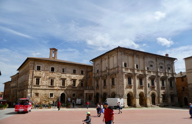 Piazza Grande mit Palazzo Tarugi links und Palazzo Nobili-Tarugi rechts