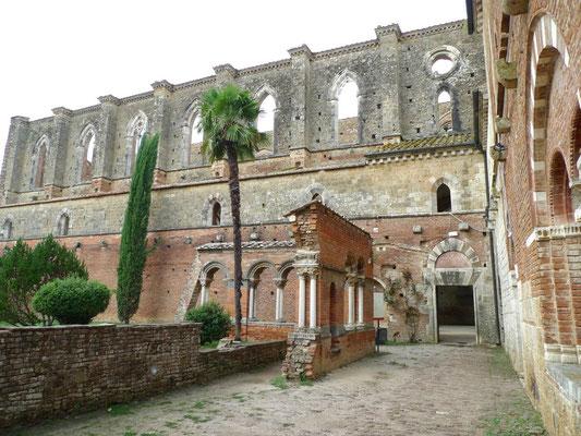 Ruine der Kirche und einen Teil es Kreuzgangs