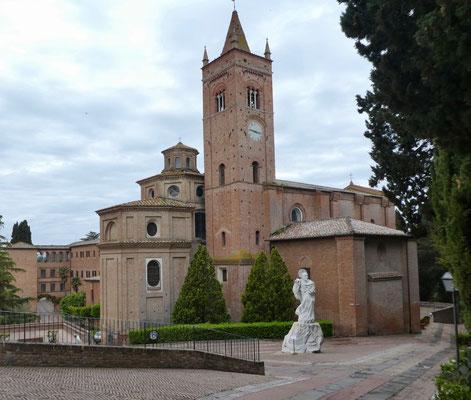 Kloster Monte Oliveto Maggiore mit Statue des Gründer des Ordens, Bernardo Tolomei