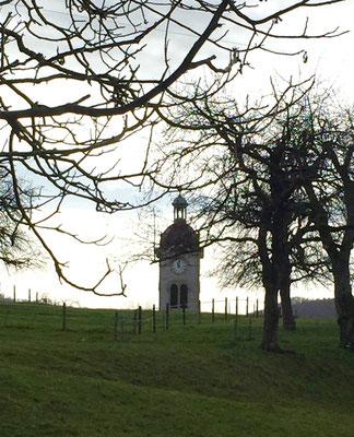 Blick auf den Kirchturm von Charmoille