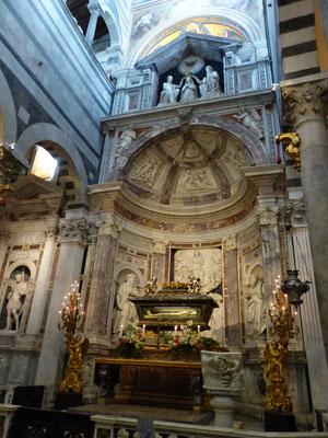 Sarkophag des heiligen Rainers,  Schutzpatrons von Pisa, Seitenaltar rechts
