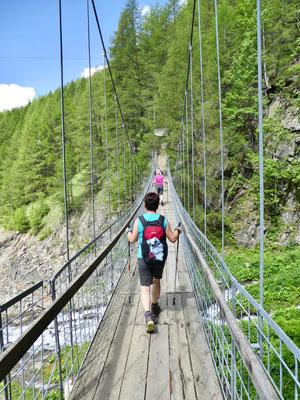 Die erste Hängebrücke