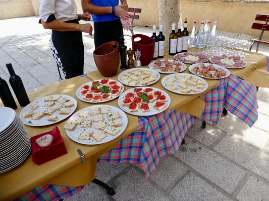 Weinverkostung in Campoferraio auf der Piazza Gramsci