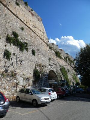Stützmauer der Forte Falcone