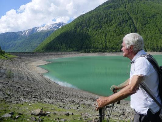 Wanderführer Bruno erzählt die Geschichte des Staudamms