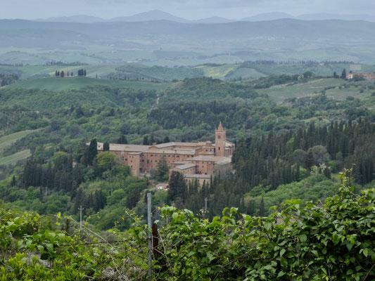 Blick von Chiusure auf das Kloster