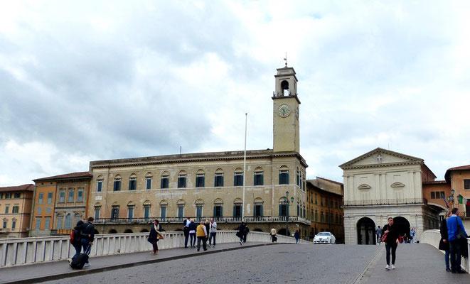 Palazzo Pretorio mit Glocken-Turm und rechts die Logge di Banchi von der Porte Mezzo