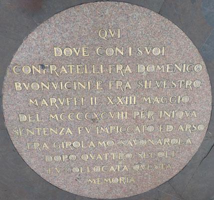 Die Erinnerungstabel am Ort, wo Girolamo Savonarola mit zwei seiner Mitbrüder gehängt und dann verbrannt wurden