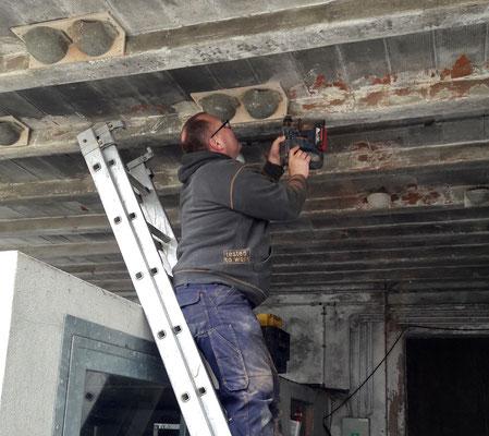 Urs Schnyder beim Montieren künstlicher Nester auf dem Kieshübelhof