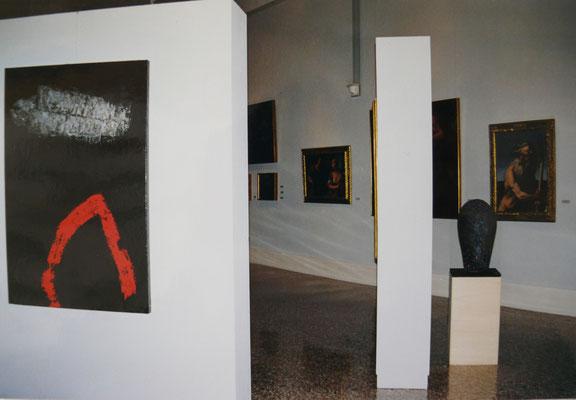 """1999 - Enzo Cursaro - L'opera """"Sospensioni Rosso-Argento"""" conservata al Museo Pinacoteca di Bassano del Grappa, VC."""