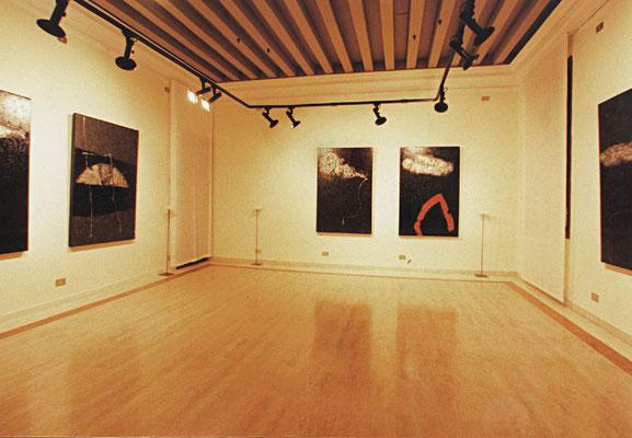 """1999 - Enzo Cursaro - La stanza delle """"Sospensioni"""" al Museo Palazzo Agostinelli di Bassano del Grappa."""
