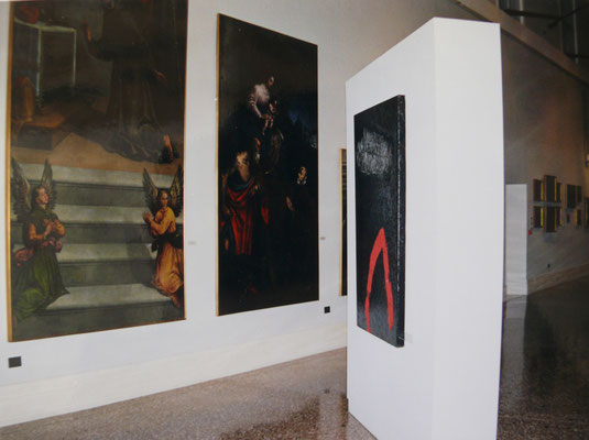 """1999 - Enzo Cursaro - L'opera """"Sospensioni Rosso-Argento"""" conservata al Museo Pinacoteca di Bassano del Grappa."""