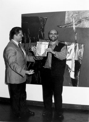"""1995 - Con il collezionista Peter Kimmel all'inaugurazione della mostra """" Pietre Pittoriche"""" alla Galleria Prisma di Verona."""