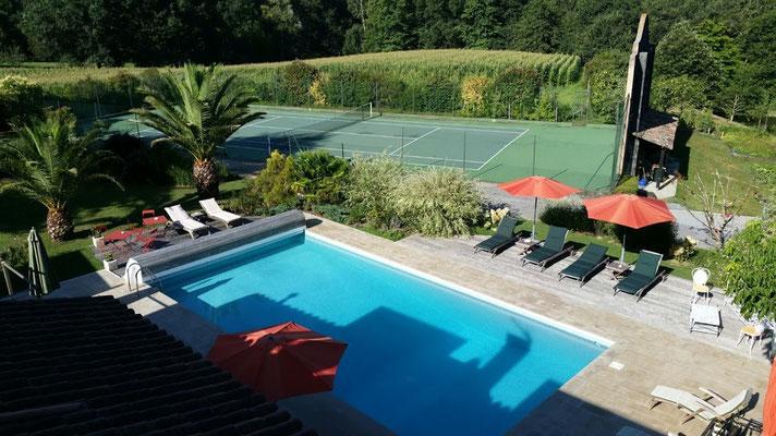 Domaine de Millox, vue des toits, piscine et tennis
