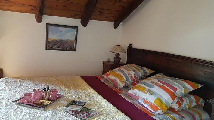 domaine de Millox, chambre Amarante, lit en 160 cm