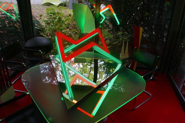 kubus auf stelzen, 2018, plexiglaskonstruktion auf 3-eck-spiegel, stefan sieboth
