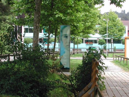 gestaltung aussenraum mit design stelen für museum franz gertsch