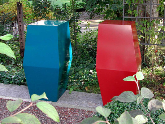 tulips, 2001, stahlblech, rot und blau einbrennlackiert, je 48x48x102