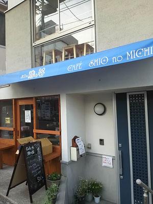 1階はコーヒースタンド、2階はカフェです