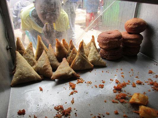 サモサとドーナッツとバジア
