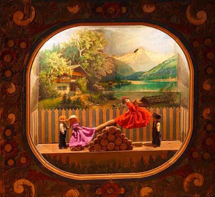 Automatenszene aus dem XIX. Jahrhundert: Zwei Mädchen schaukeln / Im Hintergrund Hallstatt und den Hirlatz
