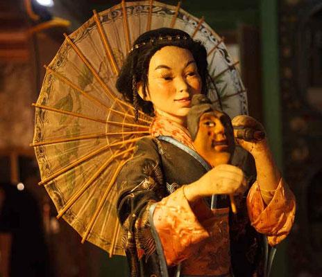 """Japanische Figur aus dem Nó Theater, mit wahrscheinlich """"Ko - omote"""" Maske (mit roten Wangen)"""