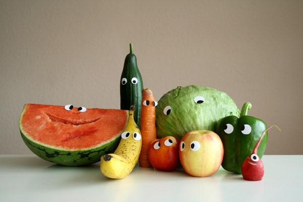 Wilfried Wassermelone, Banana Joe, Karl Karotte, Nelly Nektarine, Alice Appel, Peter Paprika, Seppel Salad, Gérard Gurke und Rudi Radieschen...sie wollten unbedingt, dass ich von allen ein Familienporträt mache und schwups, hier ist es.