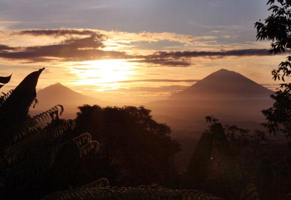 mit Blick auf den Vulkan Ajung