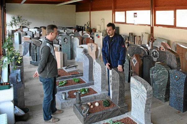 Ausstellung Grabsteine, Grabeinfassungen und Grabdekoration