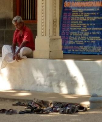 Die Schuhe bleiben draußen, nicht nur im Tempel