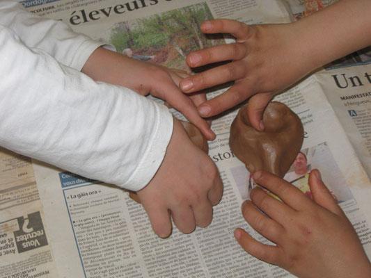 Les scolaires découvrent l'art de la poterie préhistorique