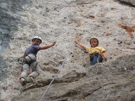 La joie des enfants en activité escalade au centre international de séjour Montignac-Lascaux