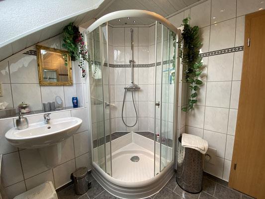 Dusche und eines der Waschbecken