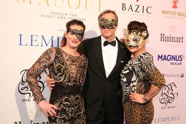 Gastgeberin Jenny Falckenberg mit Ehemann Büdi Blunck und Gastgeberin Stefanie Strasburger