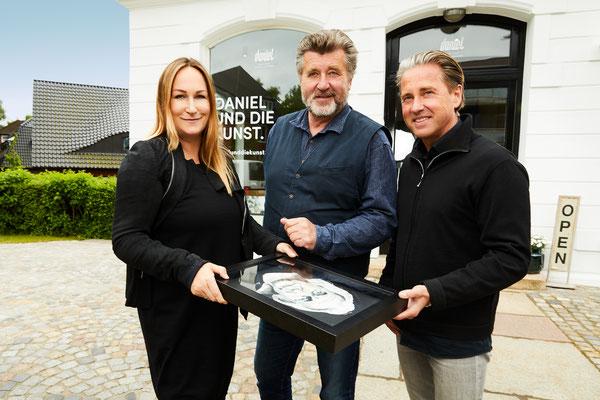Die Galeristen Bianca und Volker Daniel mit Schauspieler Bruno F. Apitz