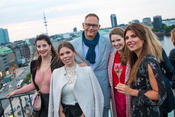 Gewinnerin Sandra mit ihren Freundinnen Jacqueline und Aileen sowie Center Manager Jörg Harengerd und Mrs.CITY-Chefredakteurin Nadja Schaer