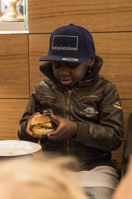 Yannick freut sich über seinen Burger