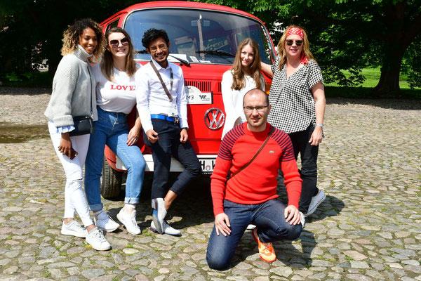Blogger-Crew im alten T2 Bulli