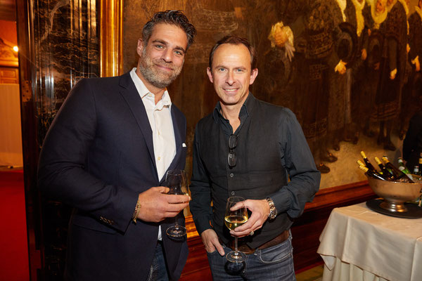 Moderator Carsten Spengemann und Schauspieler Nicolas König beim anschließenden Empfang im Hamburger Rathaus