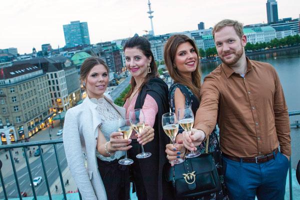 Gewinnerin Sandra (2.v.l.) mit ihren Freunden Jacqueline, Aileen und Markus